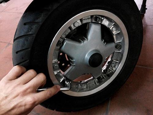 Mudança pastilhas travão, Vespa PX - tirar o pneu